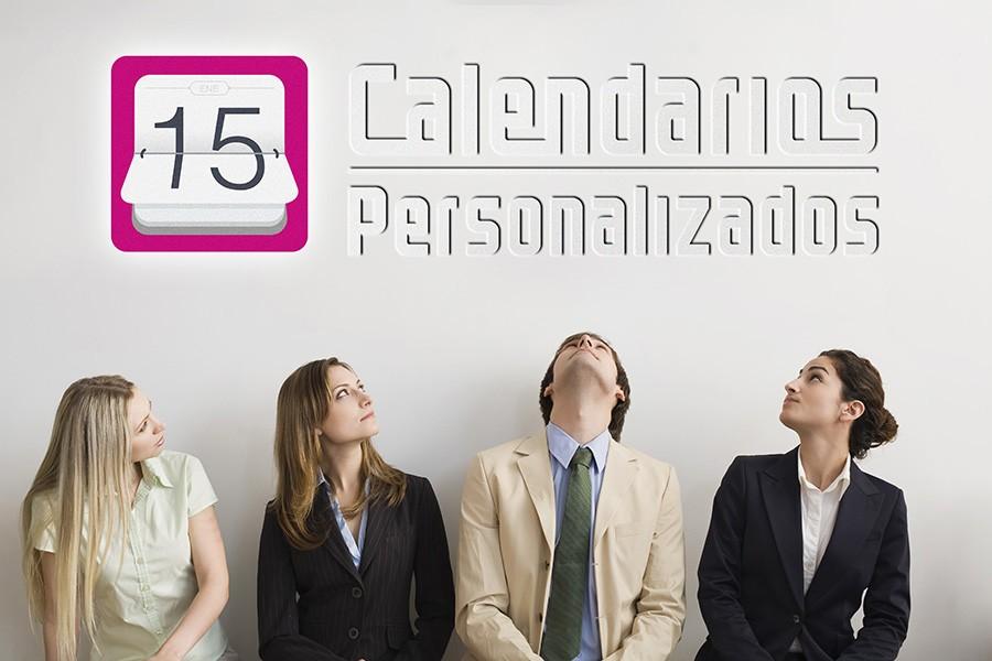 Trabajadores de empresa mirando el logotipo de Calendarios Personalizados Empresa
